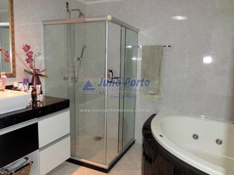 Banheiro com Box Blindex e Hidromassagem - Suíte