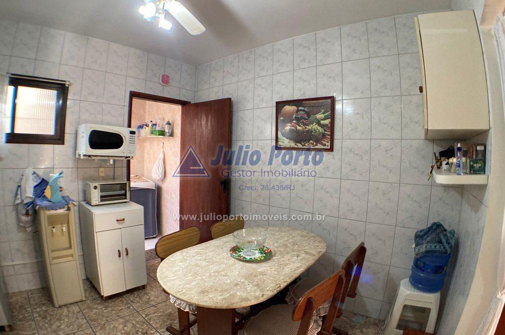 Cozinha com acesso para área de serviço